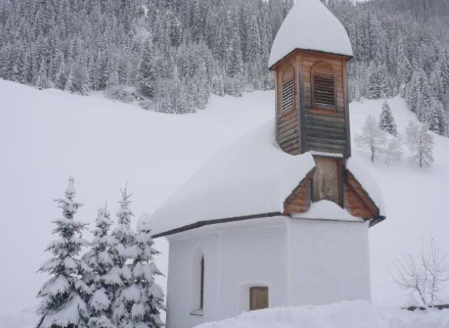 die Kapelle mit Neuschnee